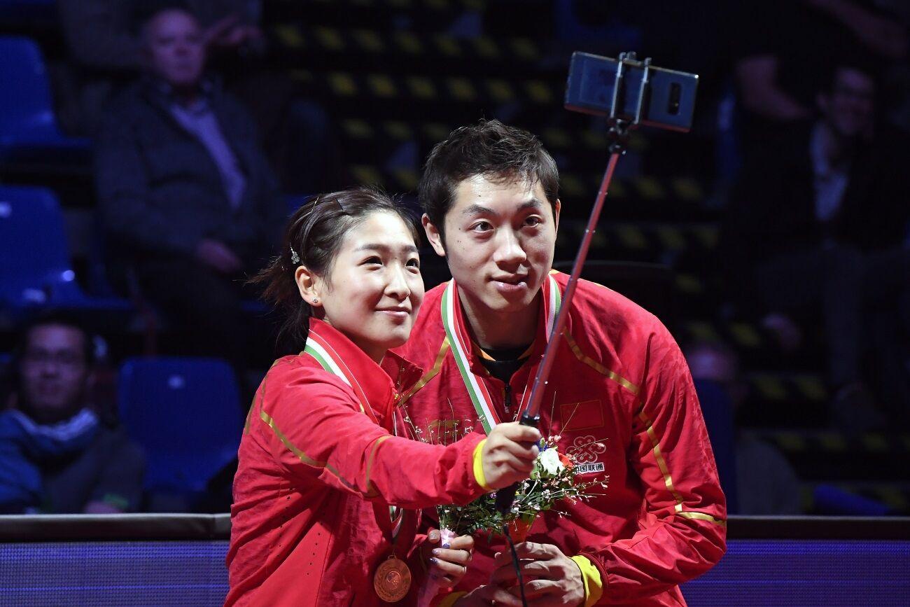 A kínai győztes pár szelfizik.