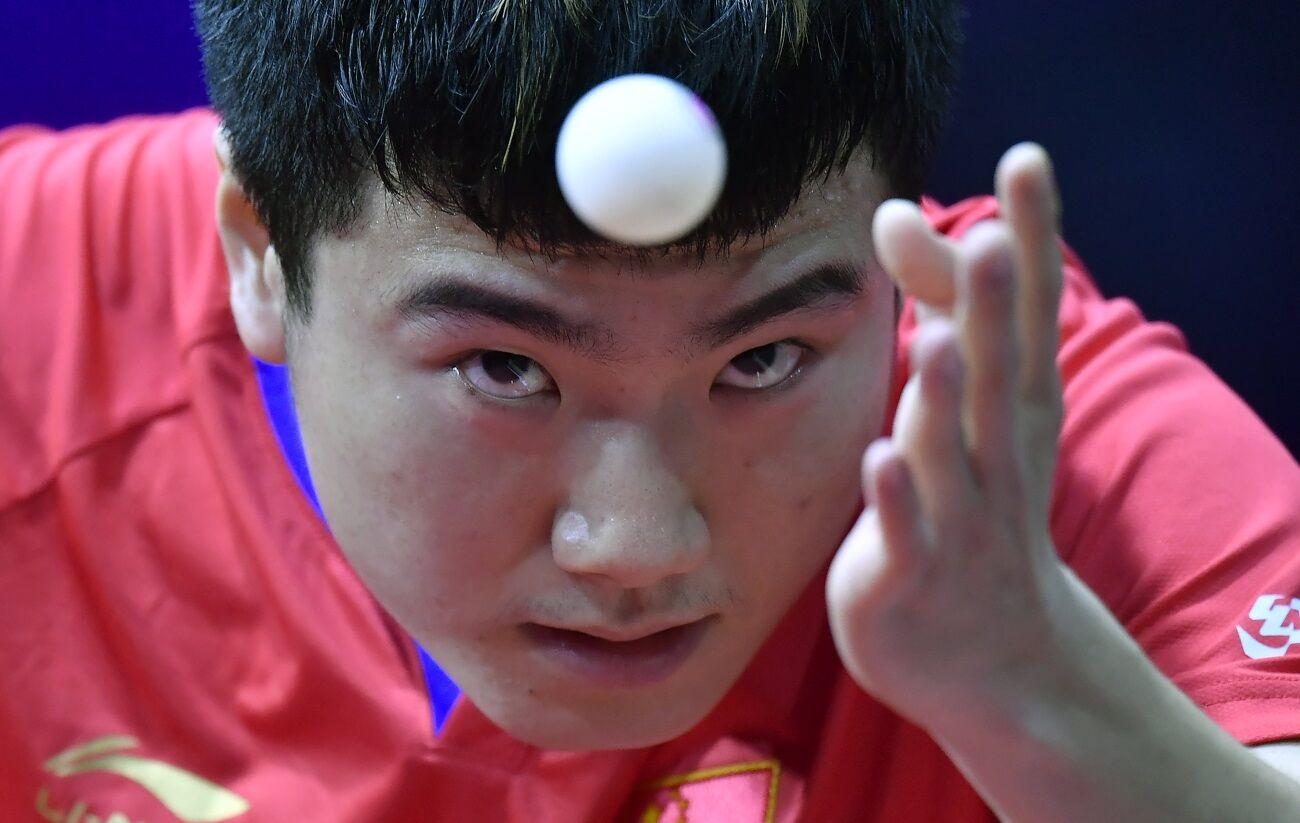 A kínai Liang Csing-kun honfitársa, az első helyen kiemelt kínai Fan Csen-tung ellen játszik.