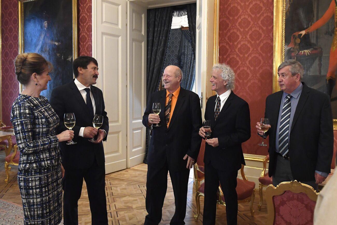 Áder János köztársasági elnök feleségével köszönti az 1979-ben világbajnokságot nyert asztaliteniszezőket: Jónyer Istvánt, Gergely Gábort és Klampár Tibort.
