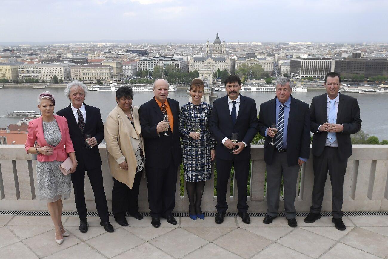 Ader János köztársasági elnök és a világbajnok asztaliteniszezők családtagjaikkal a Sándor-palota teraszán.