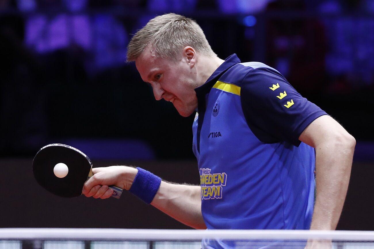 Mattias Falck játszik a budapest asztalitenisz világbajnokság férfi egyes döntőjében.