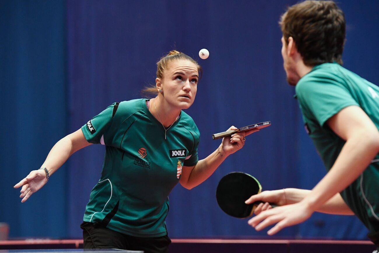 Szudi Ádám és Pergel Szandra páros játszik a francia Tristan Flore és Laura Gasnier ellen a budapesti asztalitenisz World Tour-verseny vegyespáros negyeddöntőjében a BOK Csarnokban.